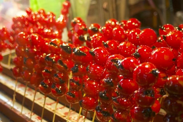広島とうかさん大祭の出店のイチゴ飴