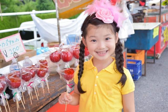 広島フラワーフェスティバルの出店のりんご飴